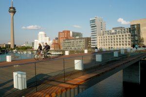 Die neue Fußgängerbrücke im MedienHafen, im Hintergrund Rheintur