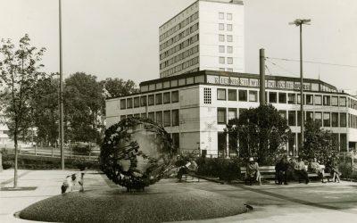 Außenansicht der Börse, dahinter das Gebäude der IHK (1960er Jahre)