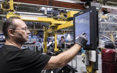 Mercedes-Benz Werk Düssleldorf. Ein Mitarbeiter dokumentiert mit seiner digitaler Unterschrift (RFID) die Montage eines Bauteils in der Cockpit-Vormontage, 2014.